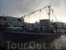 В порту Бергена множество кораблей, от парусников до ультрасовременных яхт и военных кораблей