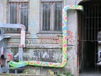 Даже водосточная труба может превраться в забавную змейку