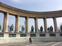 по бокам 2 колоннады, где замерли статуи выдающихся королей Венгрии, начиная с самого первого и одного из любимых венграми - короля Иштвана. Это уже второй ...