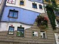 Дом Ху...(как я его назвала). Мне особенно нравится балкончик. Я так хотела увидеть этот дом. Оригинально, но...как-то ...