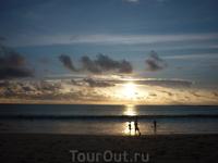 Сидя за ужином в Джимбаране на западном побережье Бали - смотришь на представление- закат над Индийским океаном.