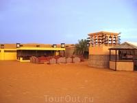 И вот, наконец после катания по барханам и фотосессии в пустыне, мы доехали до лагеря, где нас ожидал ужин и шоу.