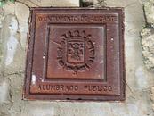 Канализационный люк с гербом города я тоже нашла именно в крепости.