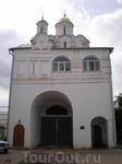 Древним памятником монастыря являются Святые ворота с Благовещенской надвратной церковью постройки 1515 года. Эти ворота уникальны по своей функции: они ...