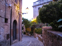 Внутри крепости, прежде всего, впечатляет то, что здесь в древних постройках до сих пор живут люди. В крепости около 80 домишек, и есть даже улицы с названиями ...