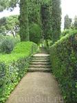 Снова красивая лесенка, увитая зеленью. Кстати первый владелец и создатель этого сада, в свое время каждый день обходил его вместе с садовником, указывая ...