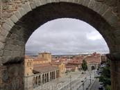 Сквозь арку ворот Сан Винсенте хорошо видна площадь, на которой стоит одноименный собор.