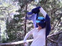 Мама сражается со свирепым платком. В ущелье Самарья.