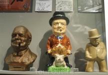 Черчилль был очень яркой личностью. Его любили и ненавидели. На него создано огромное количество карикатур, в том числе статуэтки. На центральной написано ...