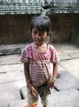 Маленькая девочка,пыталась продать бумажную стрекозу за 1 $