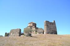 Мужской монастырь Джвари стоит на горе Армази недалеко от старой грузинской столицы Мцхеты. А под горой, действительно, шумят, сливаясь зелеными струями ...