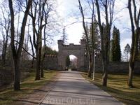 Прежде чем попасть на территорию бывшей усадьбы, Вам предстоит пройти под стилизованными под замковую старину каменными воротами, за которыми раскинулся ...