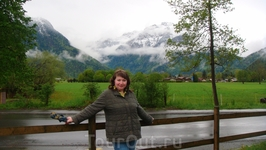На фоне швейцарских гор
