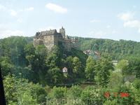 Одна из самых запоминающихся экскурсий по Чехии, которая входит почти в каждую программу посещений этой чудесной страны - замок Локет и Глубока над Влтавой!(фото из автобуса - замок Локет)