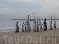 И ито не то, чтобы сказать видели... Просто идут по пляжу балийцы, музыку свою туземную играют...