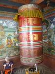 Бутан.Внутри храма бутанские бабушки крутят молитвенные барабаны, внутри которых находятся мантры