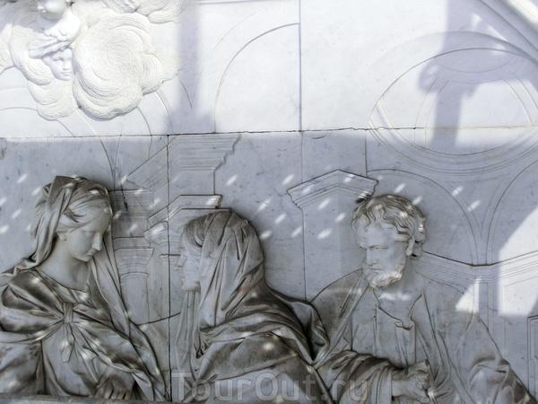 Эта скульптурная группа Святое семейство, (автор Juan Domingo Olivieri), которая располагается в центральном медальоне, над входом в церковь,  нуждается в тщательной очистке и восстановлении, например у женских персонажей сейчас нет рук.