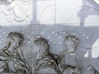 Эта скульптурная группа Святое семейство, (автор Juan Domingo Olivieri), которая располагается в центральном медальоне, над входом в церковь,  нуждается в тщательной очистке и восстановлении, например