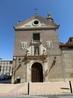 Монастырская церковь находится в самом левом углу комплекса, в общем глаз радует только ее фасад, укарашенный гербами ордена кармелитов.