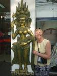 С  бронзовой танцовщицей апсары