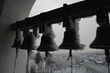 Звучат молитвы с верой в Бога, (Мы наизусть должны их знать). И растворяется тревога И в наших душах благодать.