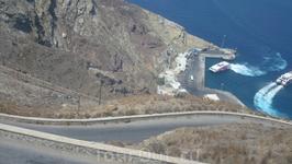 Единственный порт на Санторини.Поднимаемся в гору по серпантину.