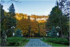 Вход центральный городской парк. Парк тянется 900 метров по узкому ущелью реки, там фактически одна дорожка, вдоль которой поставлены аттракционы и различные ...
