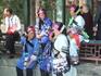 В парках сотдыхают почтенного возраста китайцы, многие в национальных костюмах