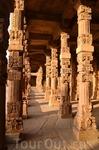 Комплекс Кутб-Минар (Kutab Minar) - развалины огромной древней мечети, гиганский минарет