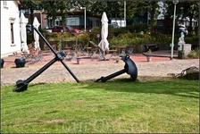Бремерхафен немного похож на Кронштадт обилием якорей-памятников. Один из якорей, в виде зонта, большинству неизвестен.Применяется с 1850-х годов в основном ...