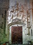 Проход в ранее находившийся внутренний дворик конвента, который был разрушен во время нашествия Наполеона в 1809г. Архитектор - Simón de Colonia.