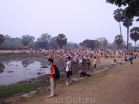 Несколько сотен людей пришли рано утром (около 5,30 утра) чтобы встретить рассвет на фоне храма Ангкор Ват. Признаюсь честно  - зрелище потрясающее)))
