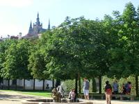 С территории сада хорошо видны купола собора святого Вита.