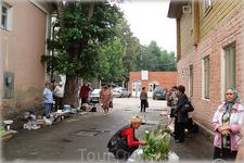 перед рынком - уличная торговля