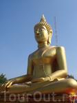 Большая статуя Будды, раскрашенная под золото, расположена на высоте около 300 футов от уровня моря.