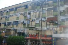 Албания. г.Тирана. Новых современных зданий в стране еще очень мало.