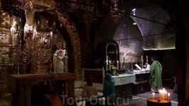 Мраморные ступени ведут наверх, в Голгофский храм, место распятия Иисуса.
