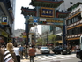 Чтобы попасть в Китайский квартал, следует пройти под одними из четырех разноцветных ворот —в данном случае восточными (окрашенными в голубой цвет, символ ...