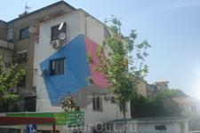 Столица Албании г.Тирана. За неимением средств на строительство нового жилья и чтобы хоть как-то приукрасить старые дома мэр Тираны распорядился разрисовать ...