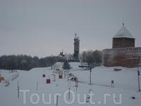 С моста пешеходного через Волхов виднеется первооснователь Новгорода, а точнее его памятник.