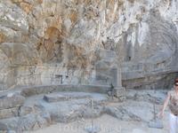 барельеф древнегреческой лодки