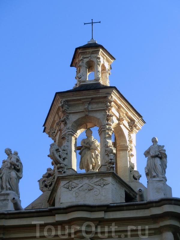 Церковь увенчана небольшим куполом с статуей Иоанна Крестителя и фигурами Милосердия и Веры по бокам.