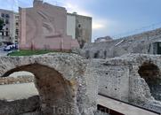 Барельеф на стене - напоминание о том, что Цирк является частью мирового наследия.