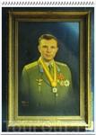 Поднявшись по лестнице, попадаем в первый зал музея, где нас встречает портрет Ю.А. Гагарина – основателя этого мемориального музея.