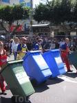 Праздник Пурим. Праздник карнавальный и, как нам объяснили позже, пронизанный какой-то темой. На этот раз была тема мусора и утилизации отходов.