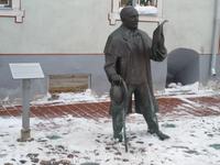 Пярну. Интересный памятник (кому - не помню), героически стоит на снегу