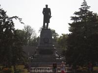 Памятник П. С. Нахимову воздвигнут на площади, носящей имя знаменитого адмирала. Здесь сошел он на берег на Графской пристани в ноябре 1853 г., восторженно ...