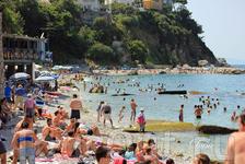 Посмотрев на забитый пляж острова Капри, мы сели в кафе, выпить свежевыжатый сок и скушать панини. Принесли крошечный стакан, наполовину забитый льдом ...