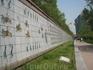 Стены вокруг канала украшены самыми разными сюжетами. Здесь, например, изображена прогулка одного из королей с его свитой. Изображено более 1700 человек ...