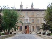 Здание правительства провинции Сарагоса располагается во дворце 1843 постройки, возведенном на месте конвента Святого Франциска, разрушенного во время ...